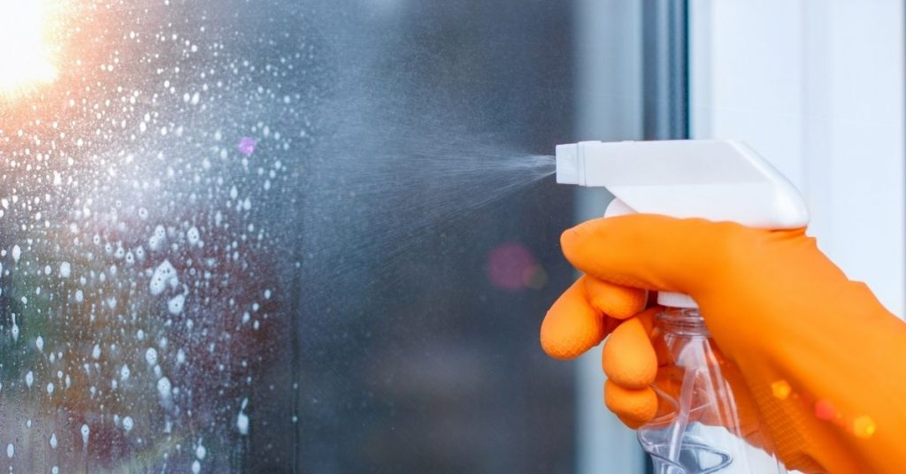 How to clean a window without any streaks - Clean and Tidy Living